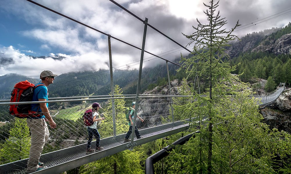 family crossing the suspension bridge in Furi Zermatt