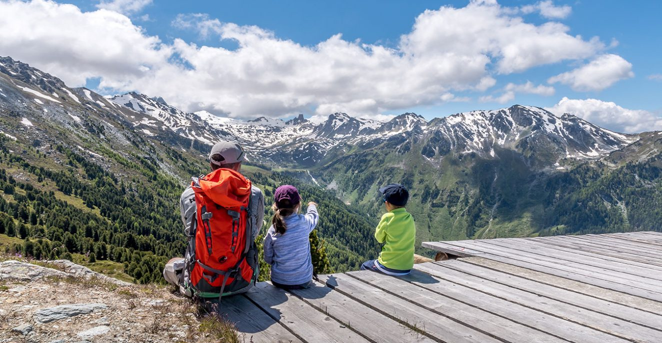 family sitting at Crêt-du-midi in Vercorin Valais