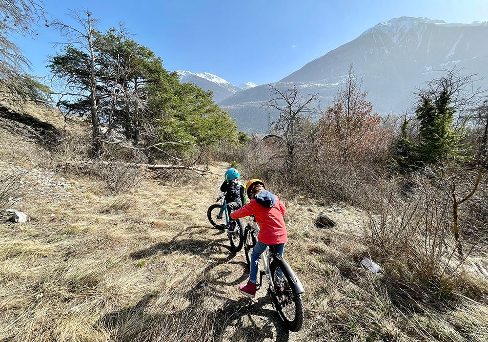 Kids on easy bike route in valais